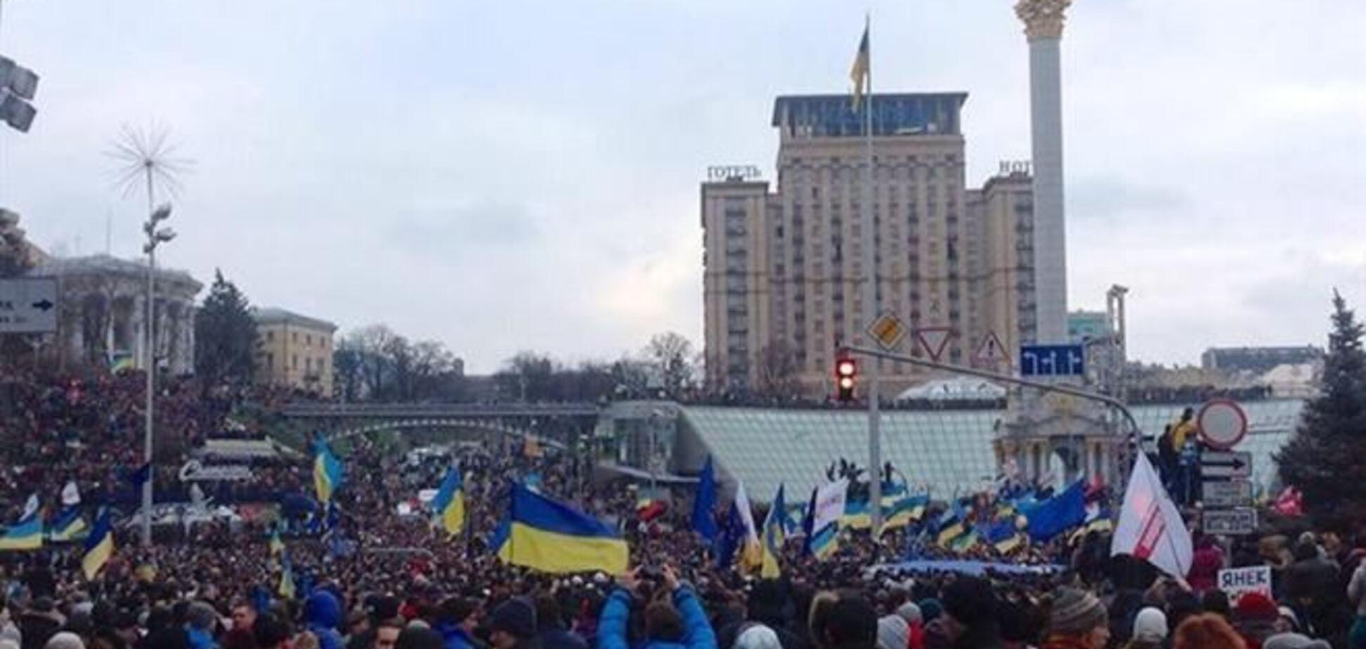 Люди штурмуют Дом профсоюзов, чтобы вывести трансляцию Евромайдана на большой экран