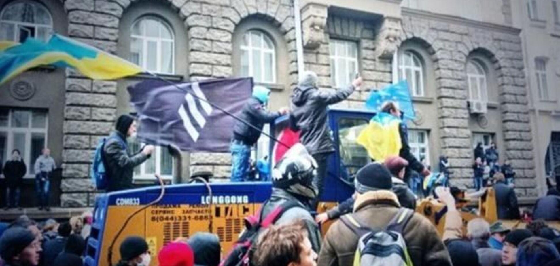 Митингующие под АП разделились на два лагеря