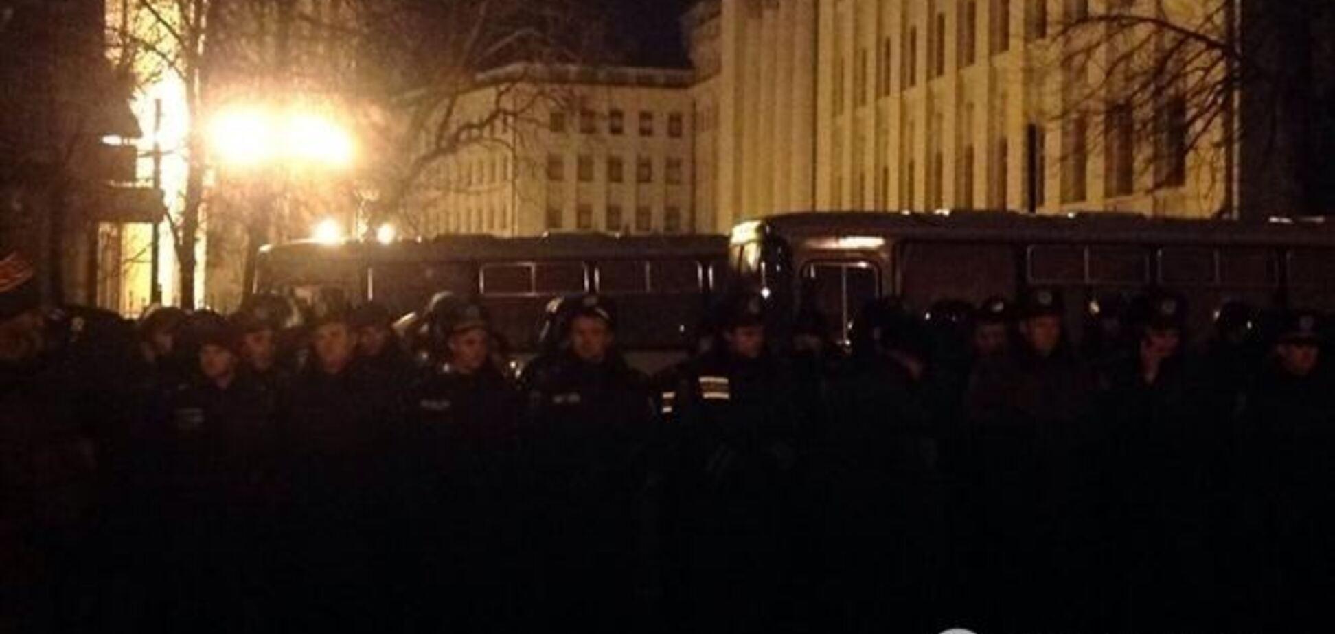 В митингующих на Банковой бросили звуковую гранату