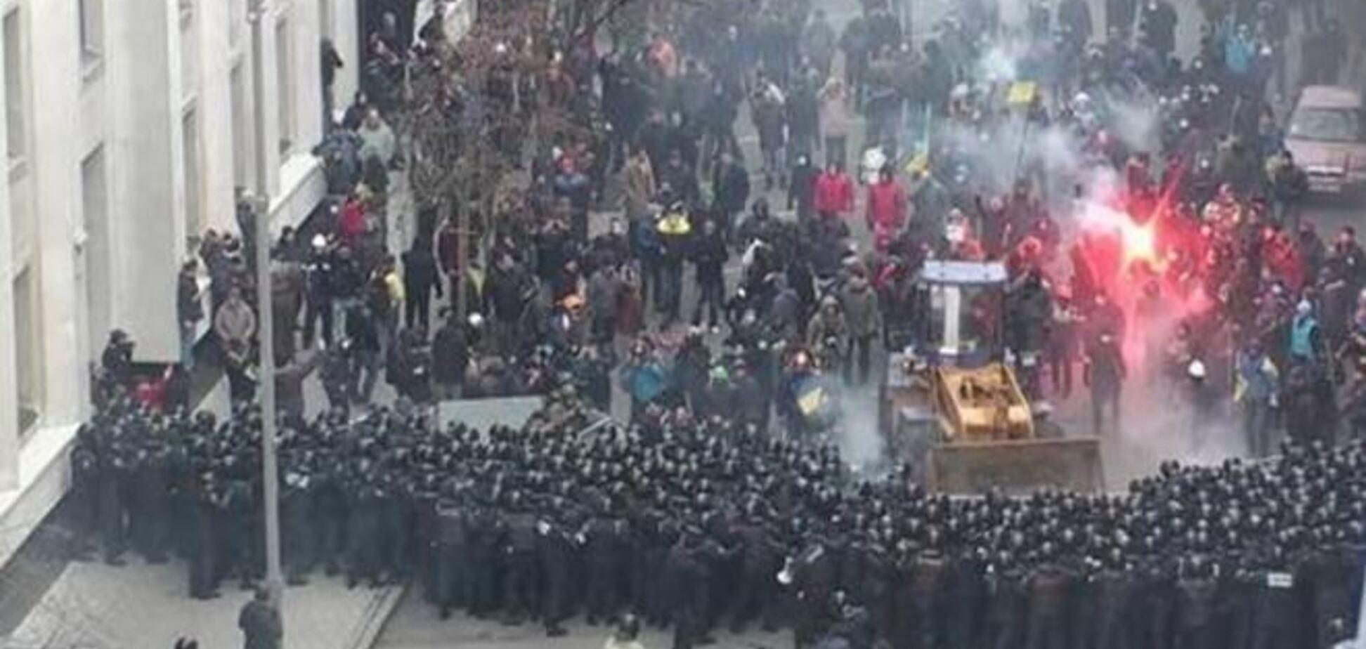 В ходе столкновений возле АП пострадали пять милиционеров - МВД