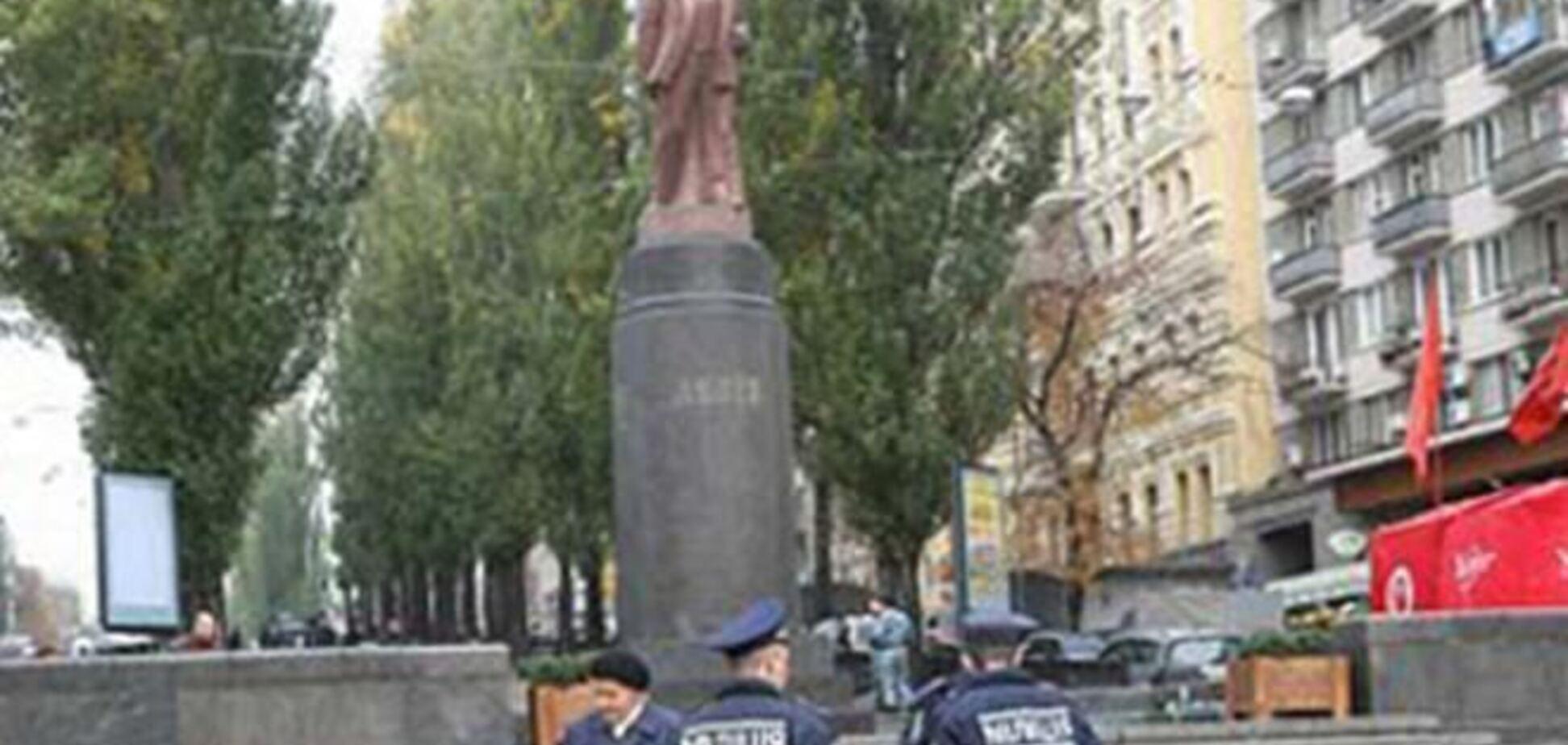 В центре Киева сносят памятник Ленину