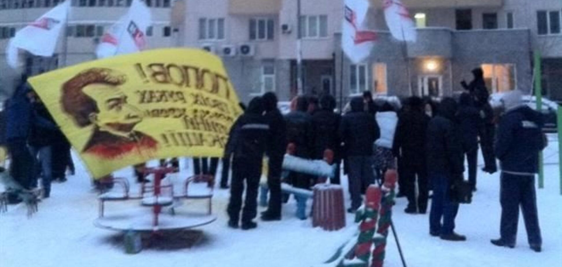 Митингующие устроили пикет у дома Попова