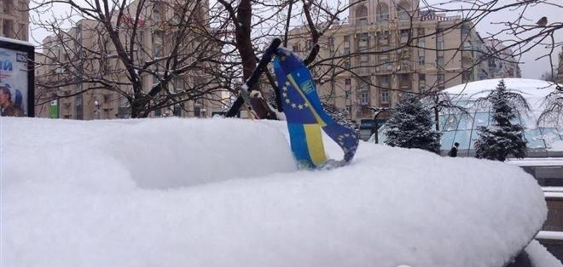 На Майдане все спокойно: активисты разбивают лед и собирают мусор