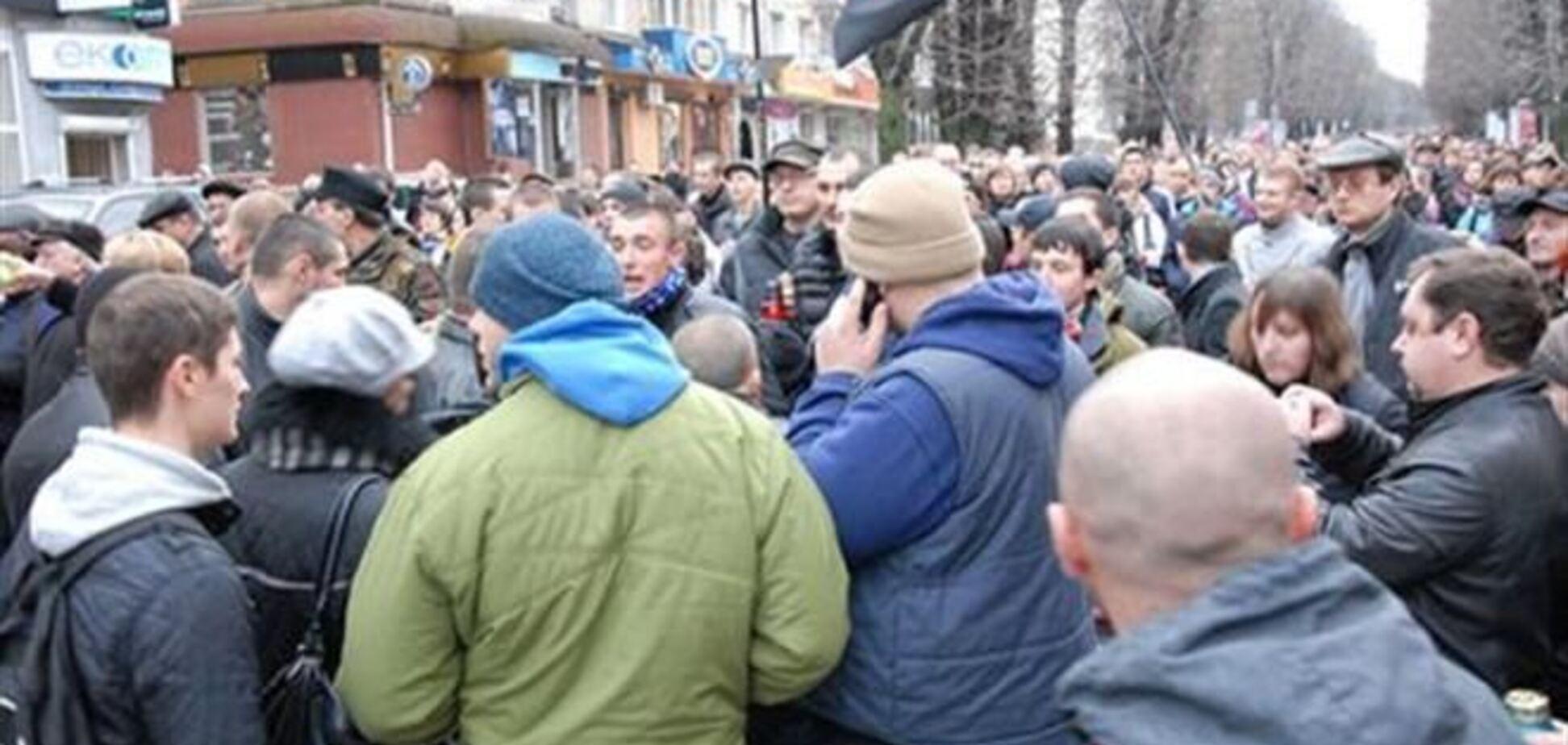 'Титушки' на 'Арсенальной' не пускают людей на Майдан