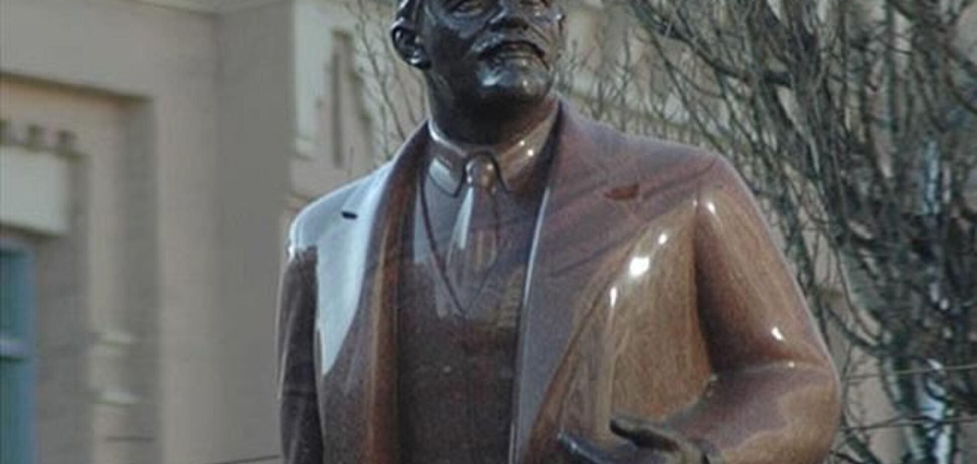 На Николаевщине памятник Ленину оставили без правой ладони