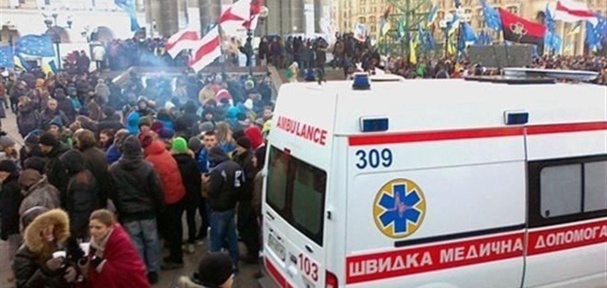 На Евромайдане мужчина ударил себя ножом в шею