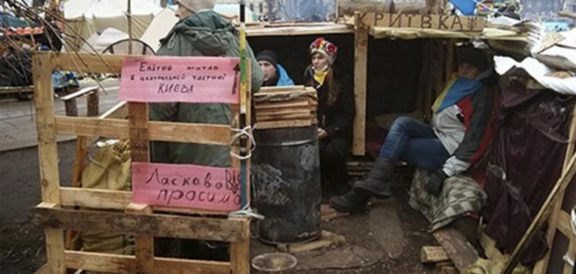 На Евромайдане хрупкие палатки уступают место деревянным домам