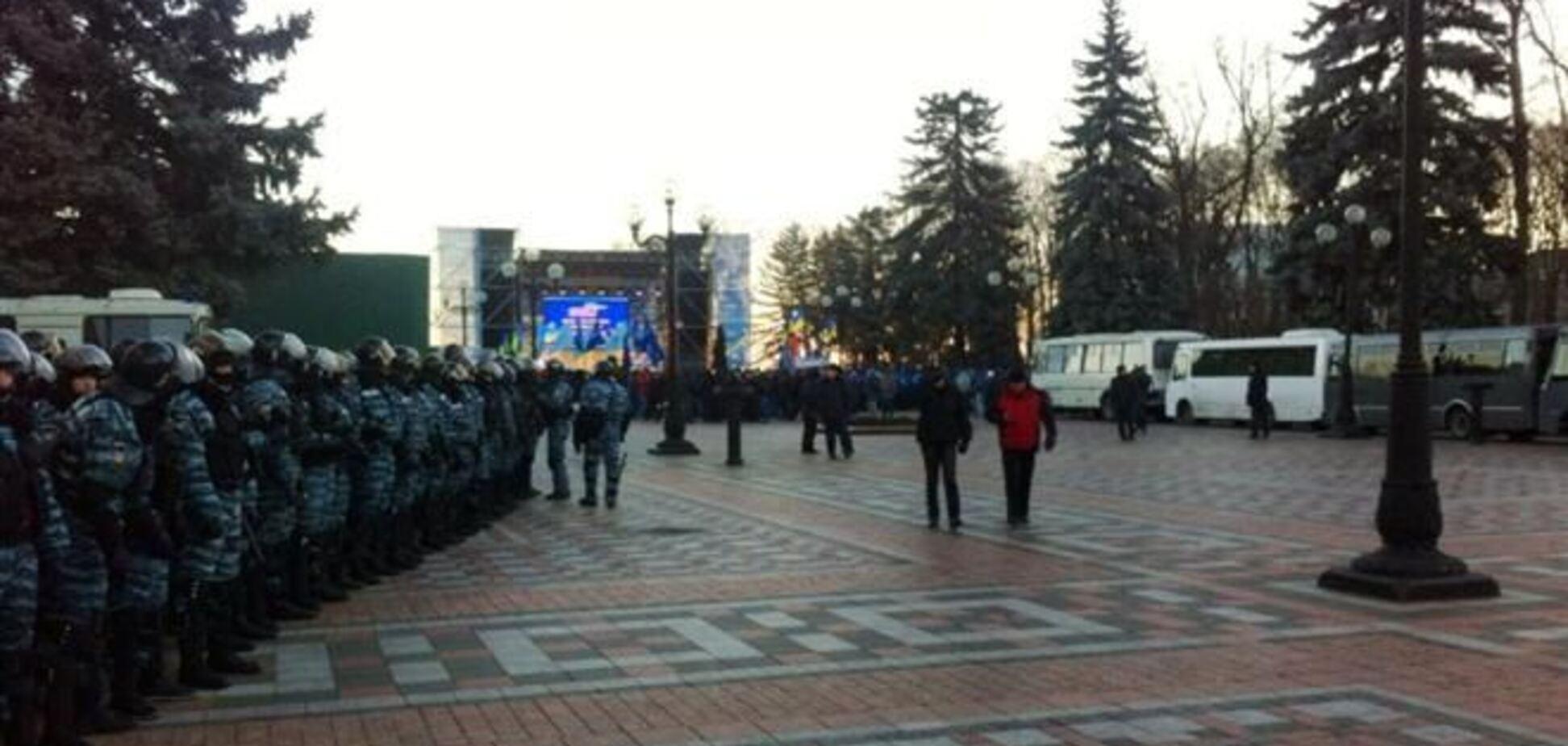 Под ВР ночью появилась сцена, оппозиция заявляет о провокациях