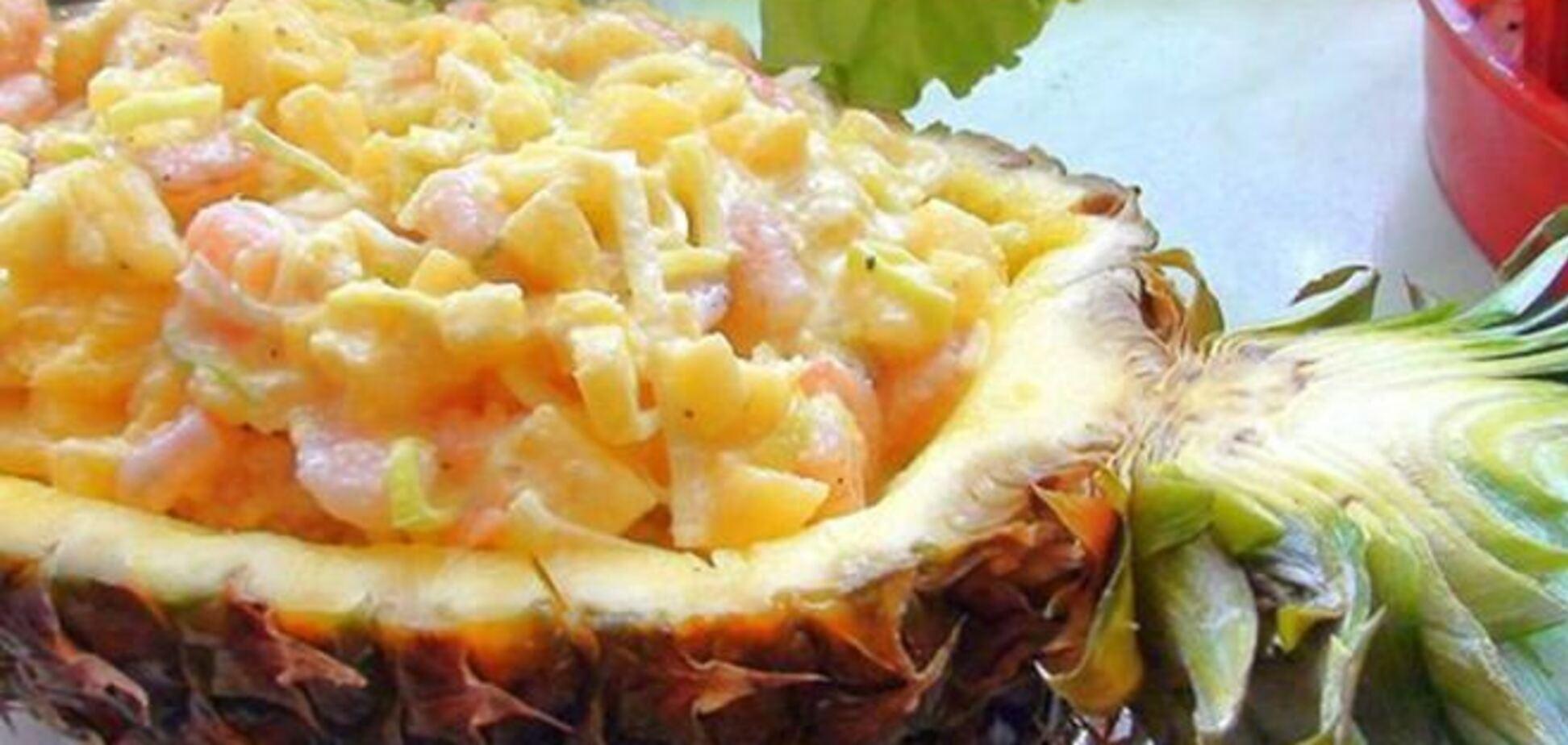 Салат креветочный в ананасе