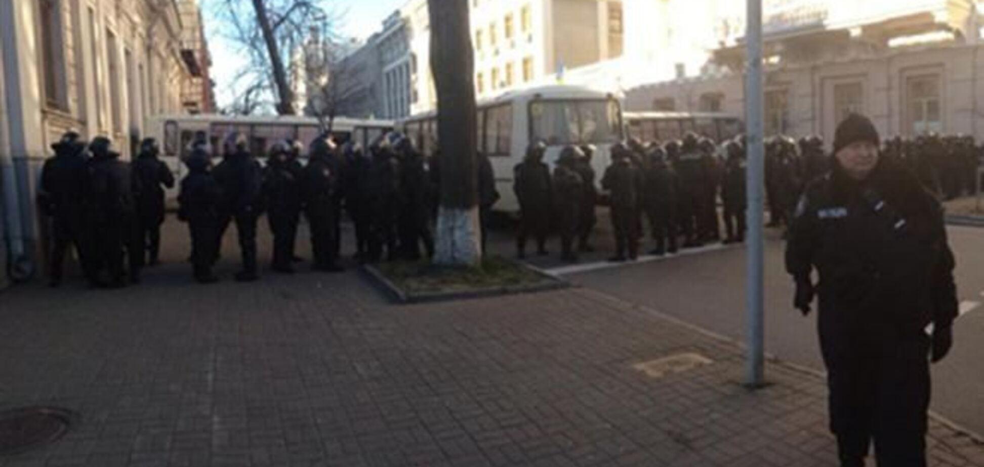 К Администрации Президента пригнали автобусы с бойцами спецподразделений