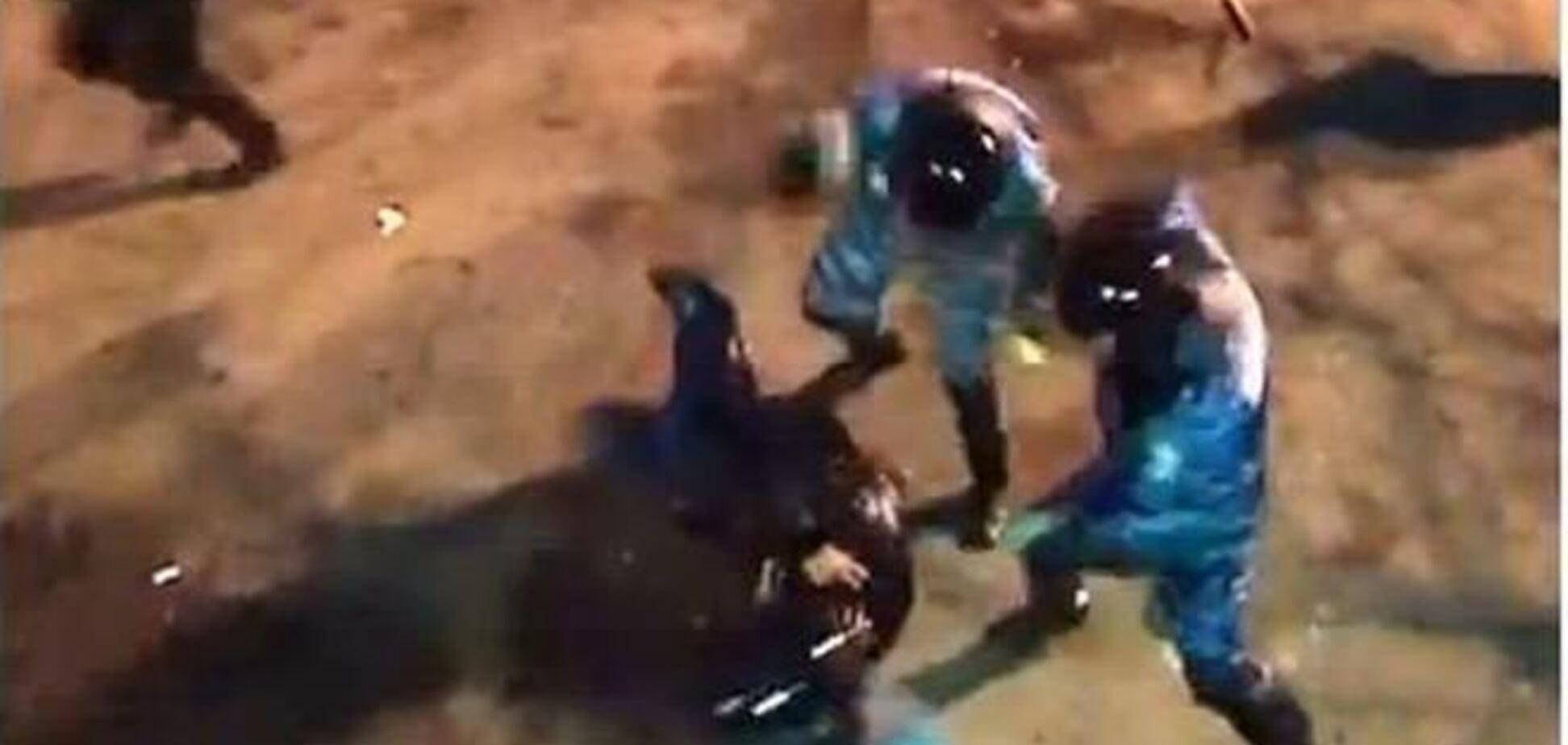 В Интернете появилось видео, как несколько групп 'Беркута' по очереди избивали одного мужчину