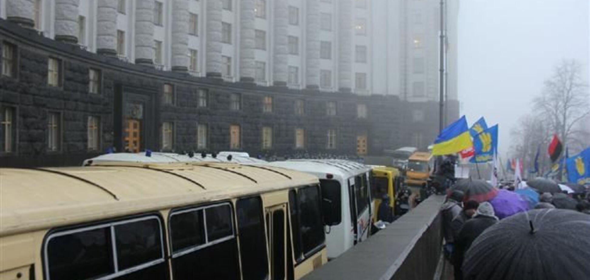 Девять автобусов МВД перекрыли движение возле Кабмина