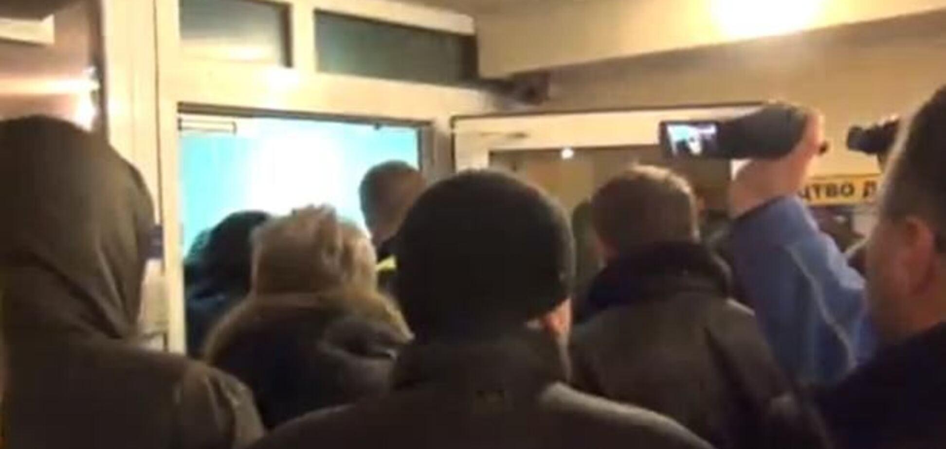В здании УБОПа в Киеве произошла стычка между милицией и активистами
