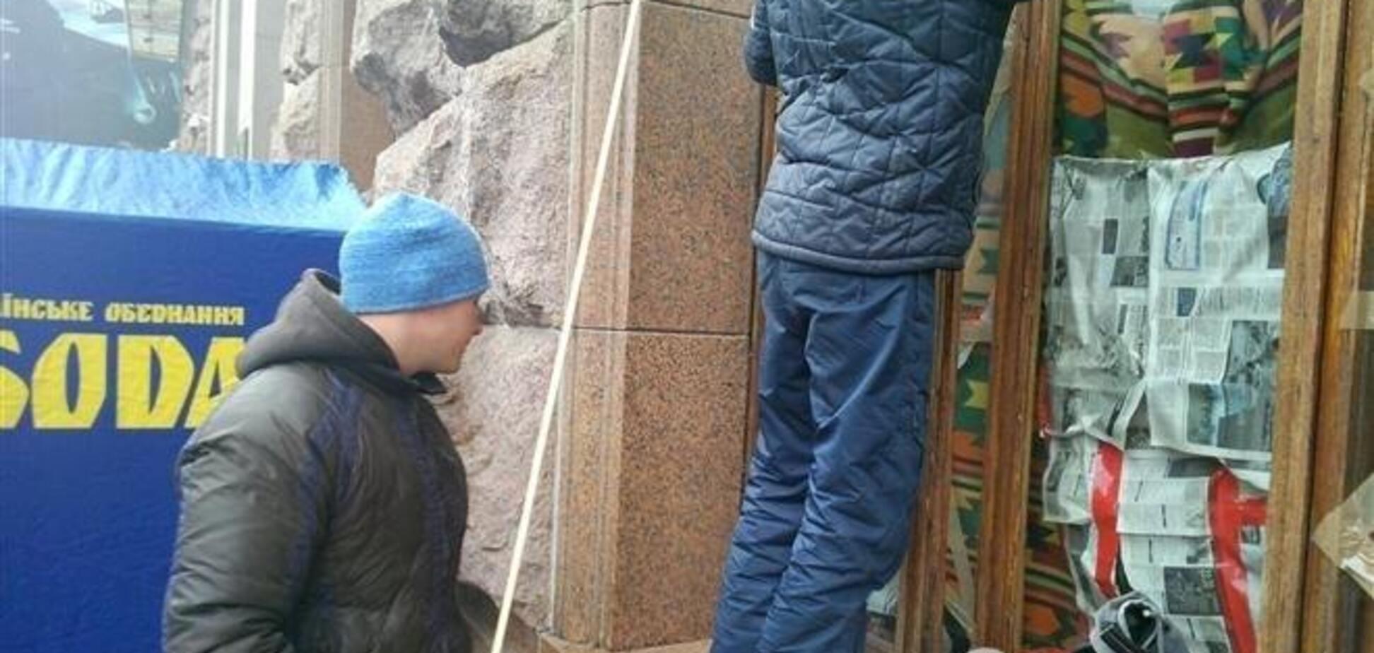 Митингующие меняют стекла в здании КГГА