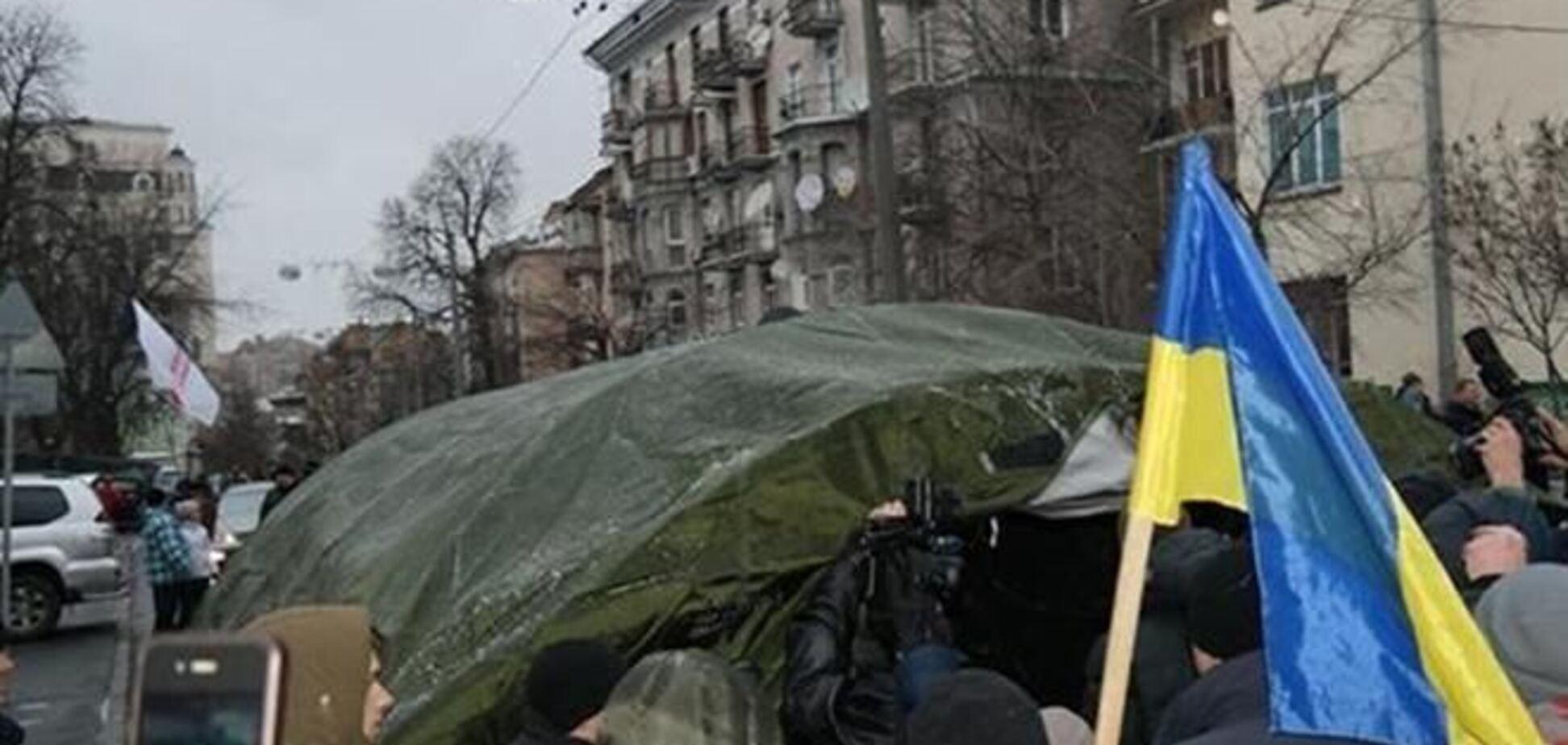 Евромайдановцы перекрыли палаткой ул. Институтскую