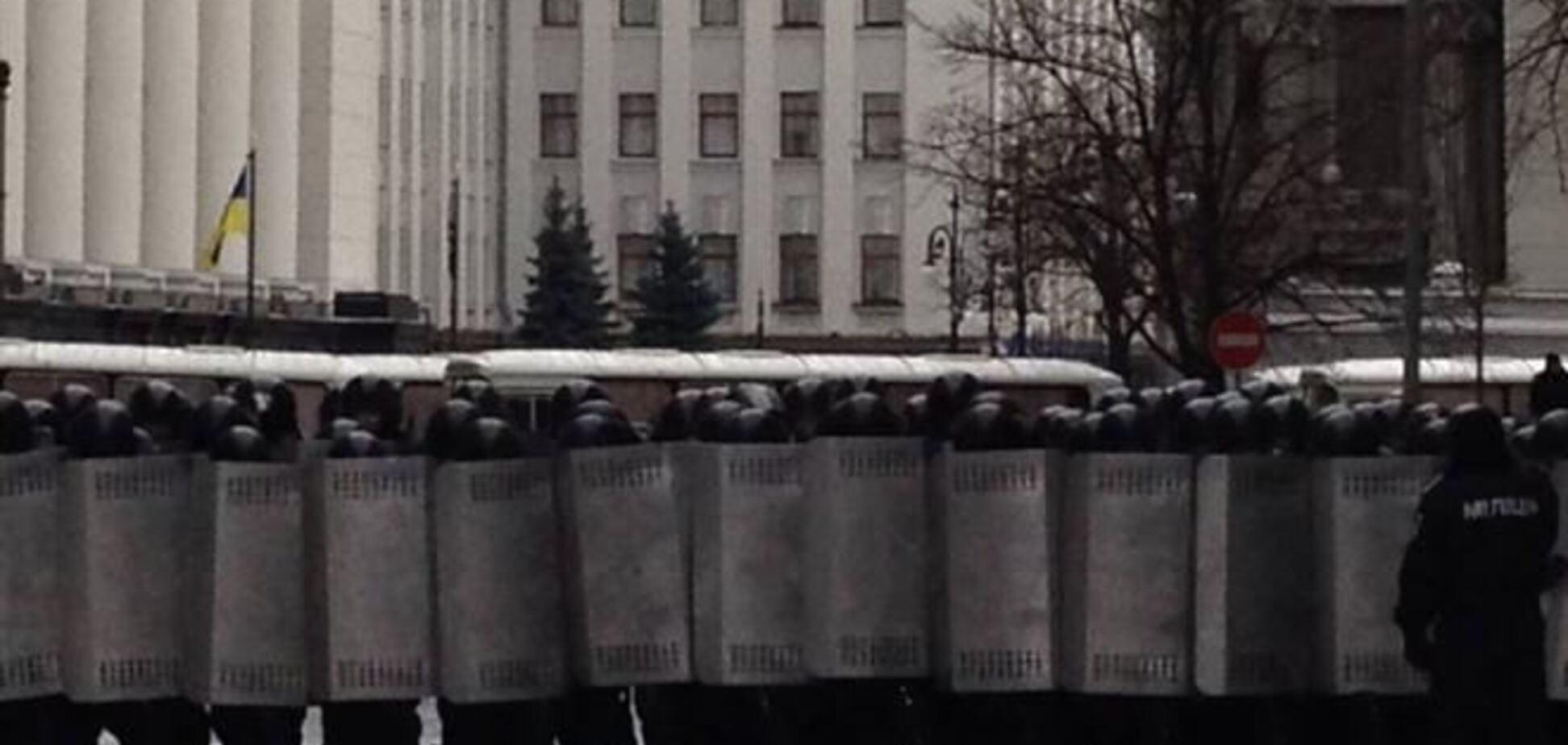 Улицы Грушевская, Садовая и Липская заблокированы микроавтобусами с 'Беркутом'