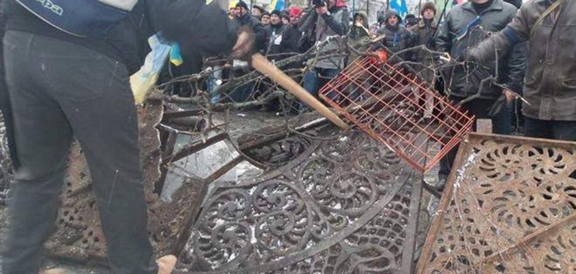 На подступах к Кабмину участники Евромайдана возводят баррикады