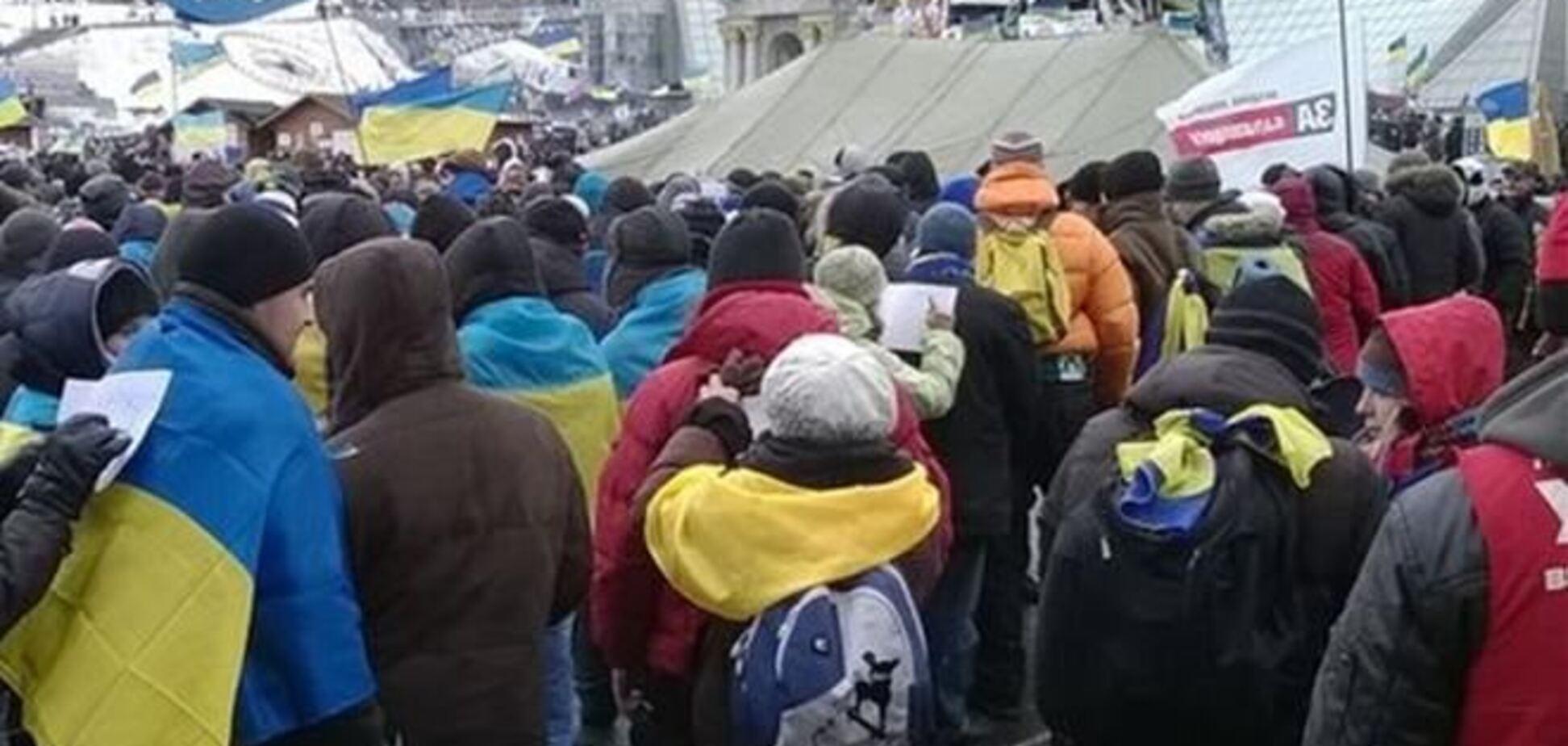 Многотысячная колонна евромайдановцев движется к АП