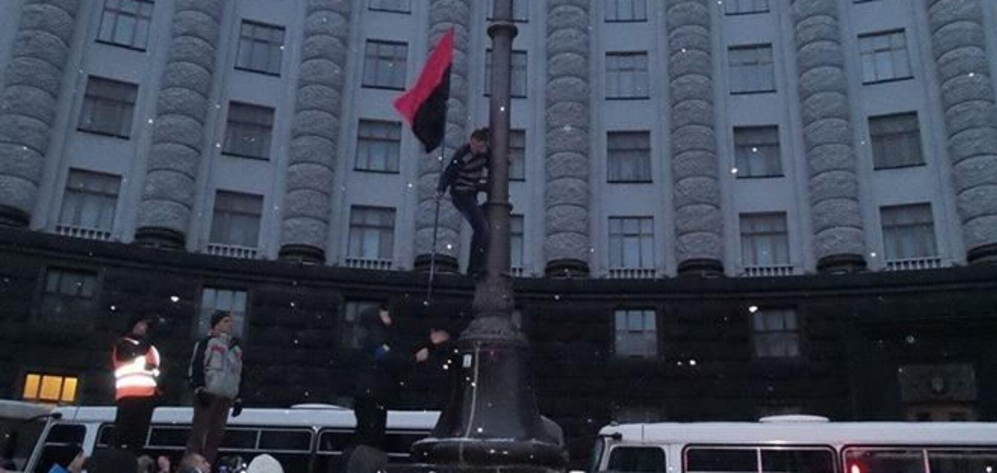 Возле Кабинета министров сожгли флаг ПР