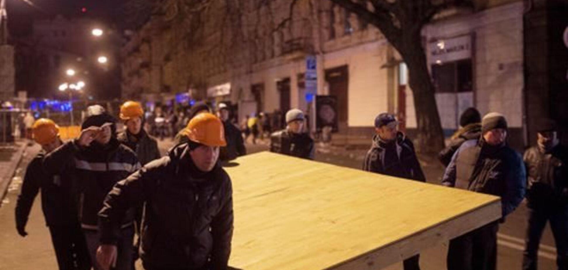 Евромайдановцы строят новую баррикаду в центре Киева