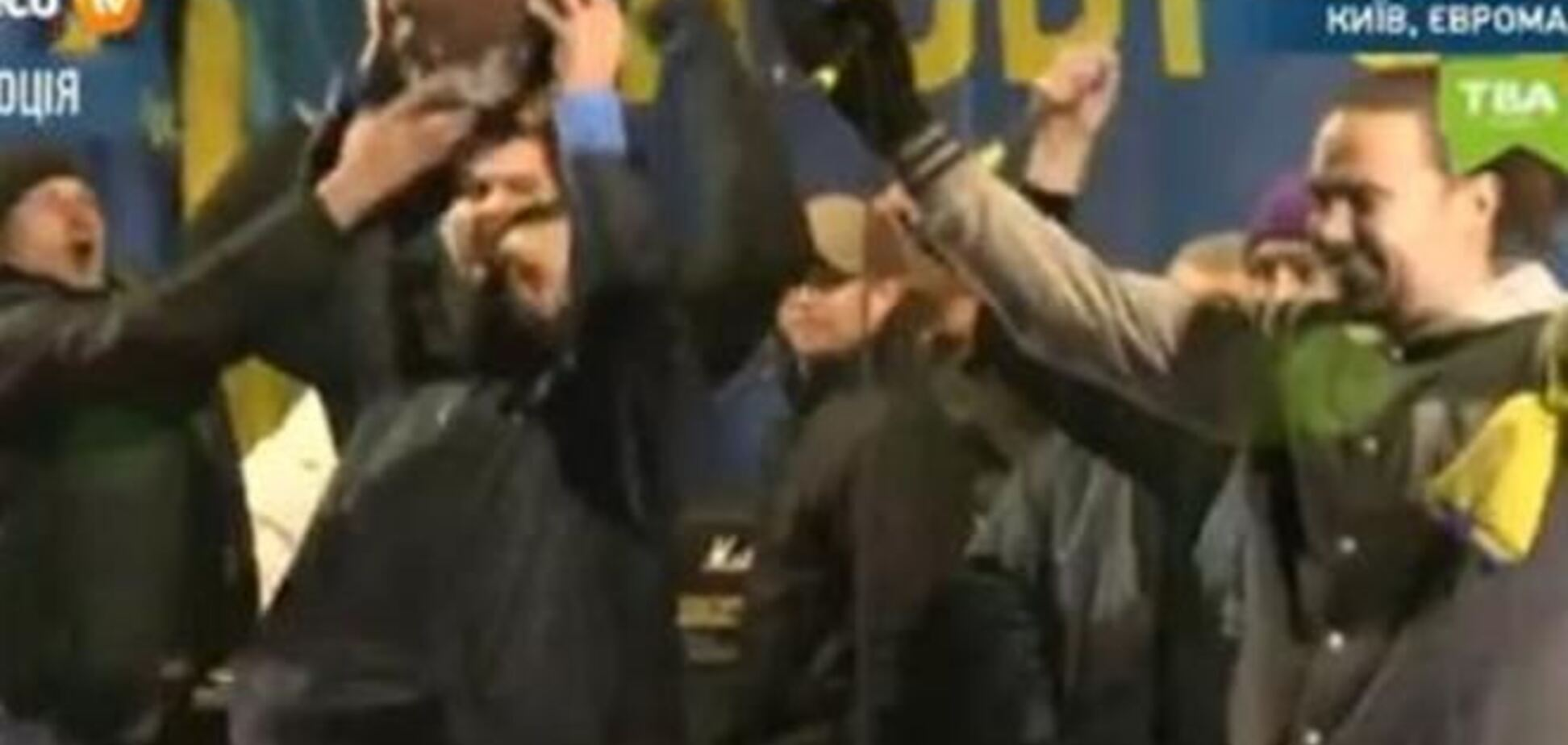Руку поваленного Ленина вынесли на сцену Евромайдана