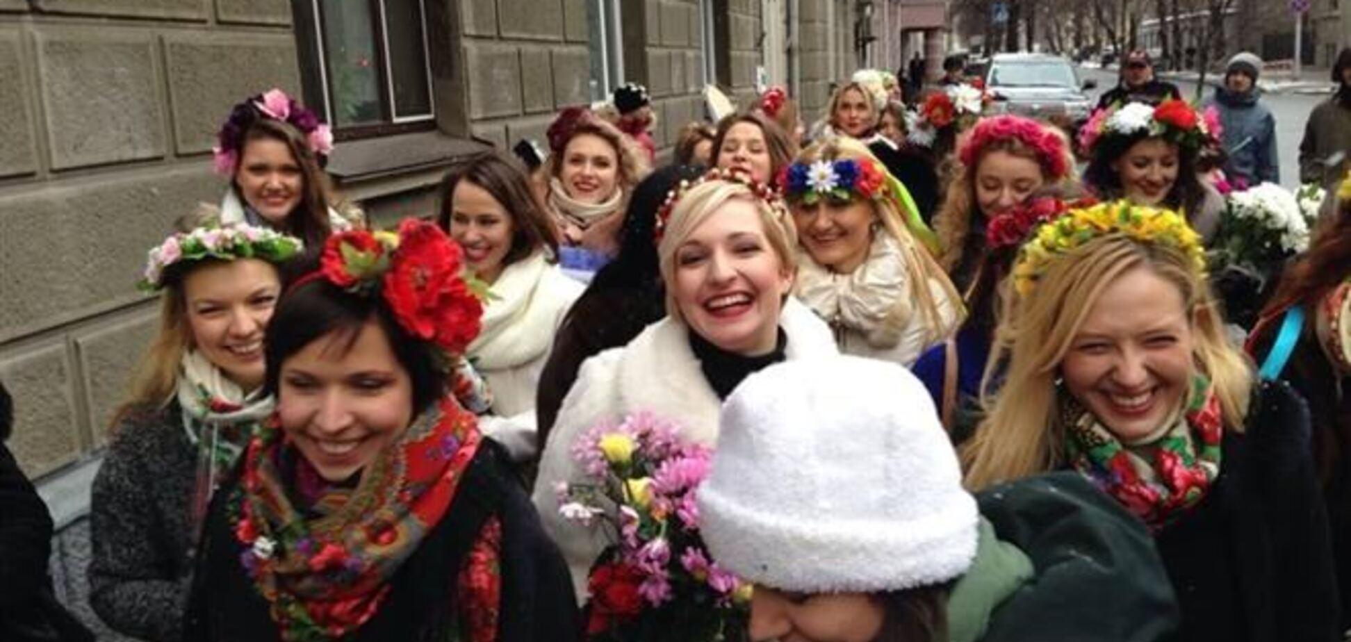 Участницы Евромайдана подарили 'беркутовцам' сердце из живых цветов