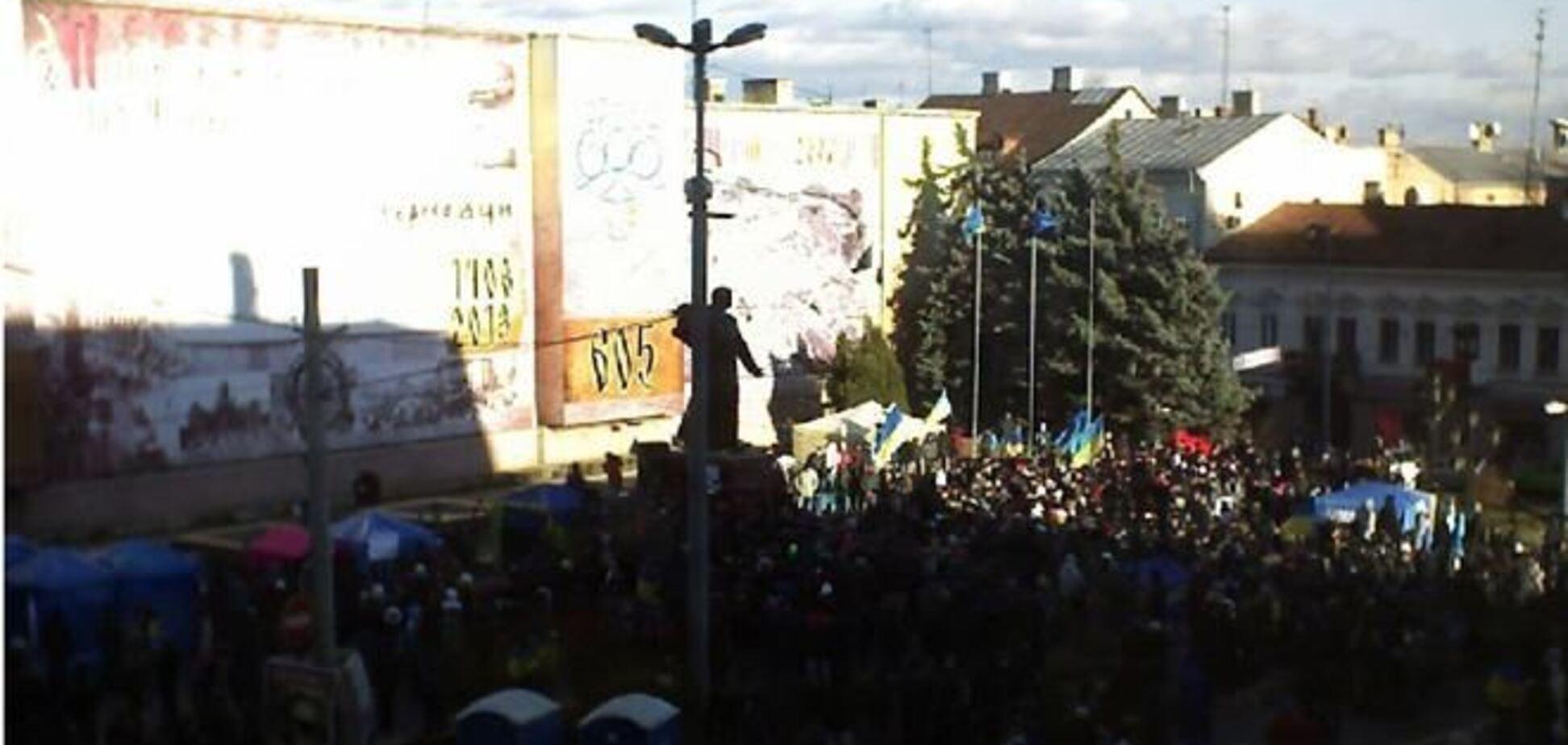 В Черновцах поддерживает Евромайдан около четырех тысяч человек