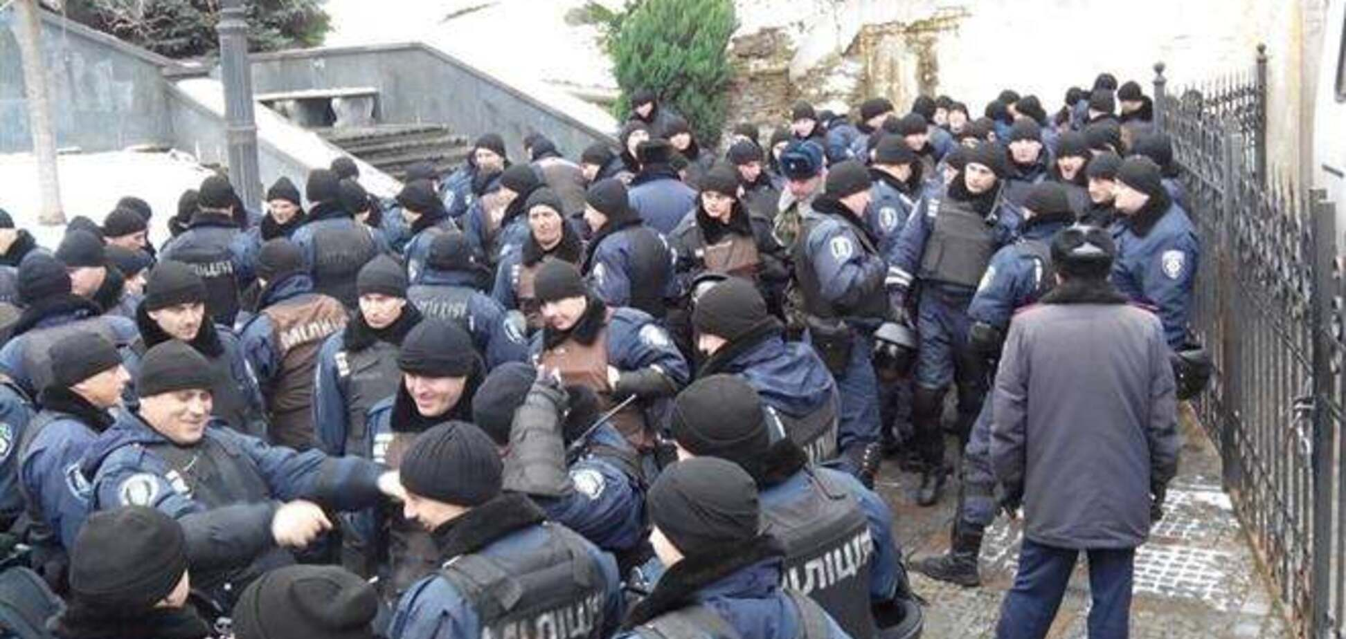На ул.Грушевского двинулась колонна милиционеров