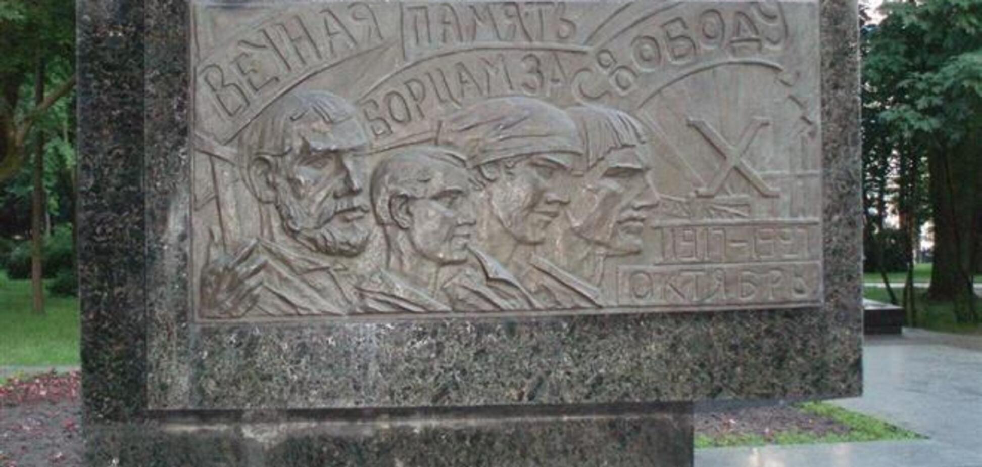 Возле Рады осквернили памятник участникам Январского восстания