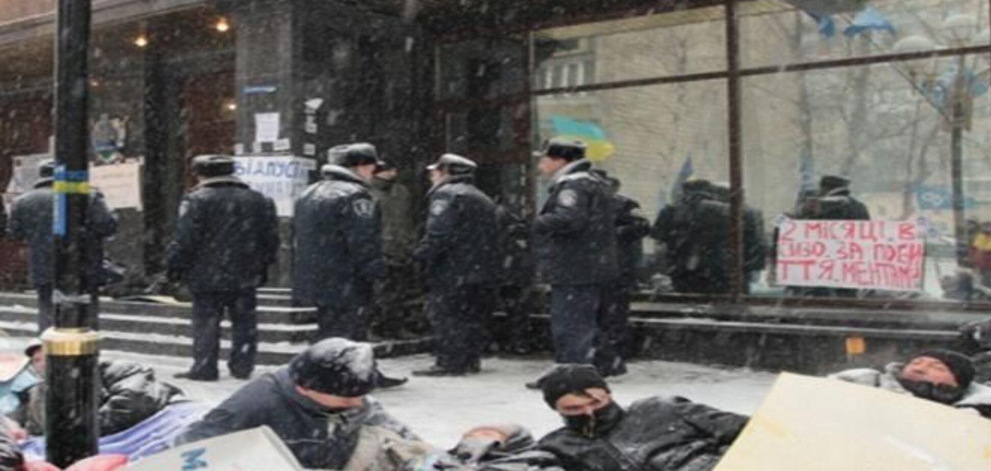 У здания ГПУ снова устроили лежачий протест