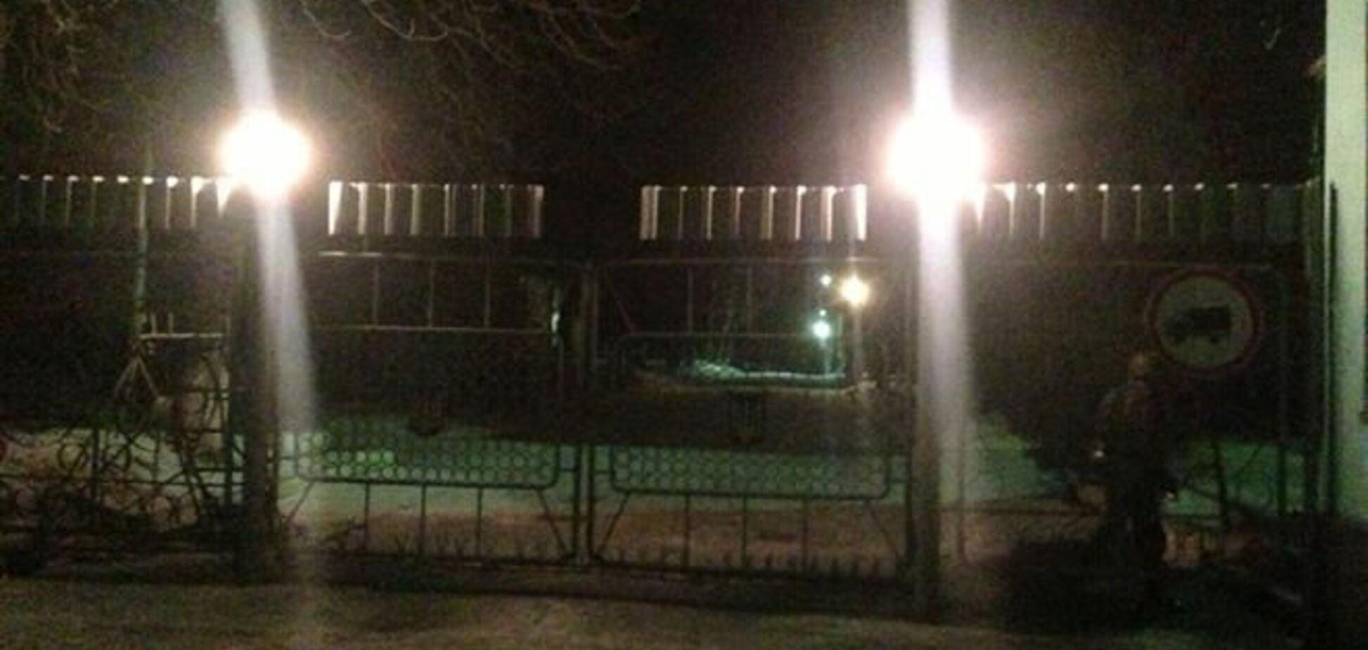 Активисты уже пятые сутки блокируют спецназ в Василькове