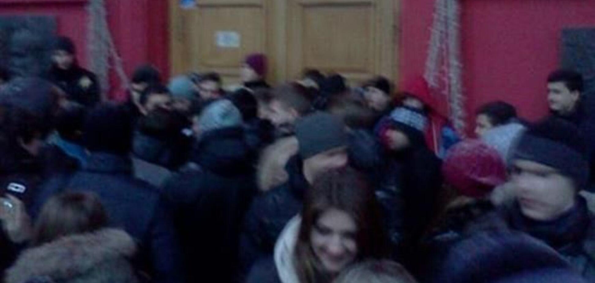 В Киеве студенты заблокировали университет им.Шевченко