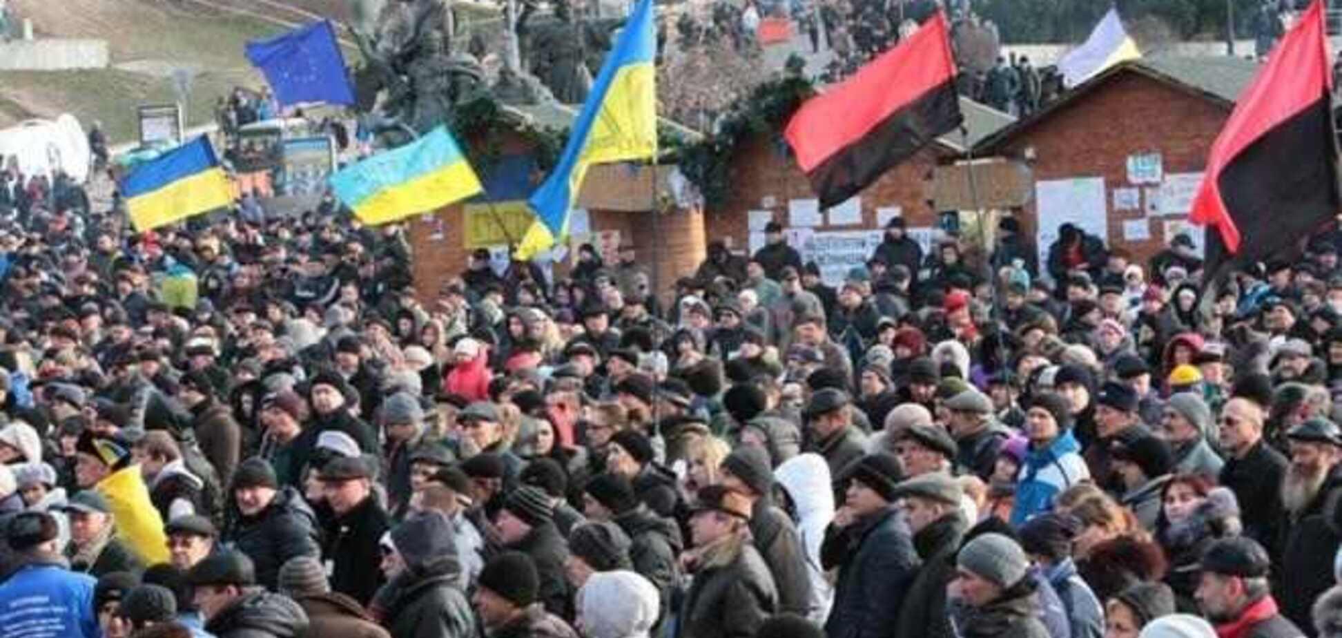 Многотысячная колонна митингующих отправилась с Майдана к АП