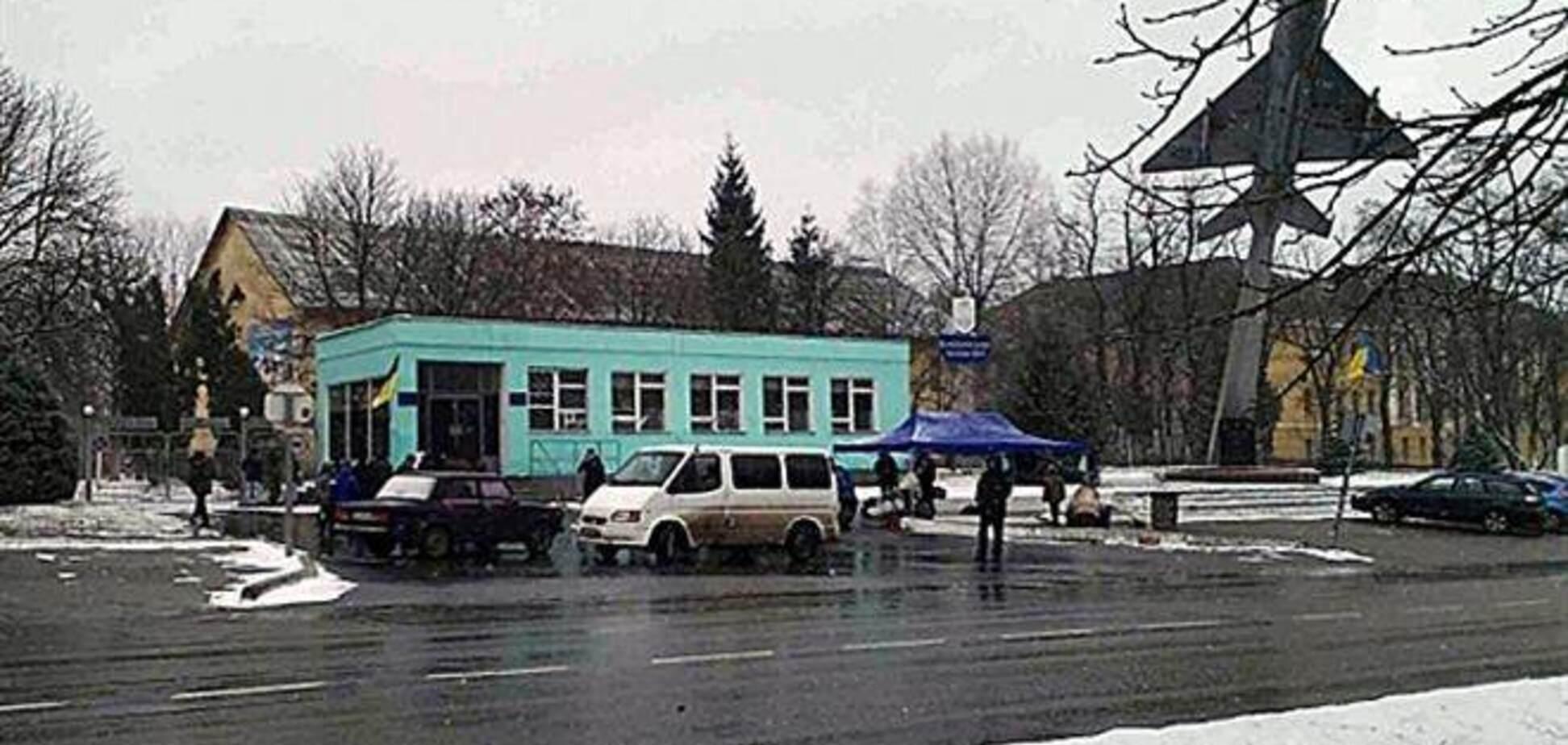 В Василькове 'беркутовцы' сметают автомобили пикетчиков