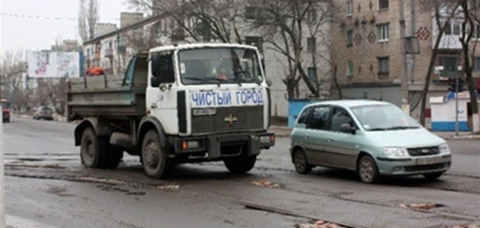 На Донбасі до приїзду чиновників ями заклали цеглою. Фото