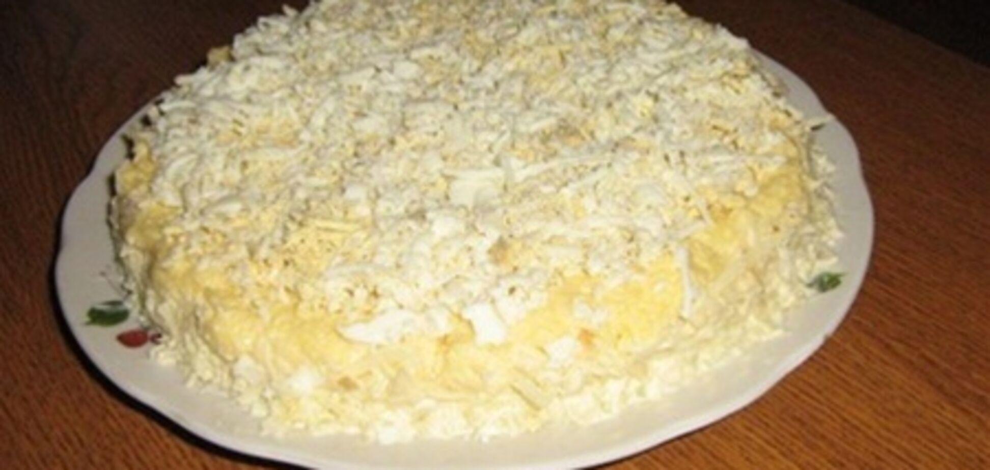 Грибной слоеный салат с копченой курицей
