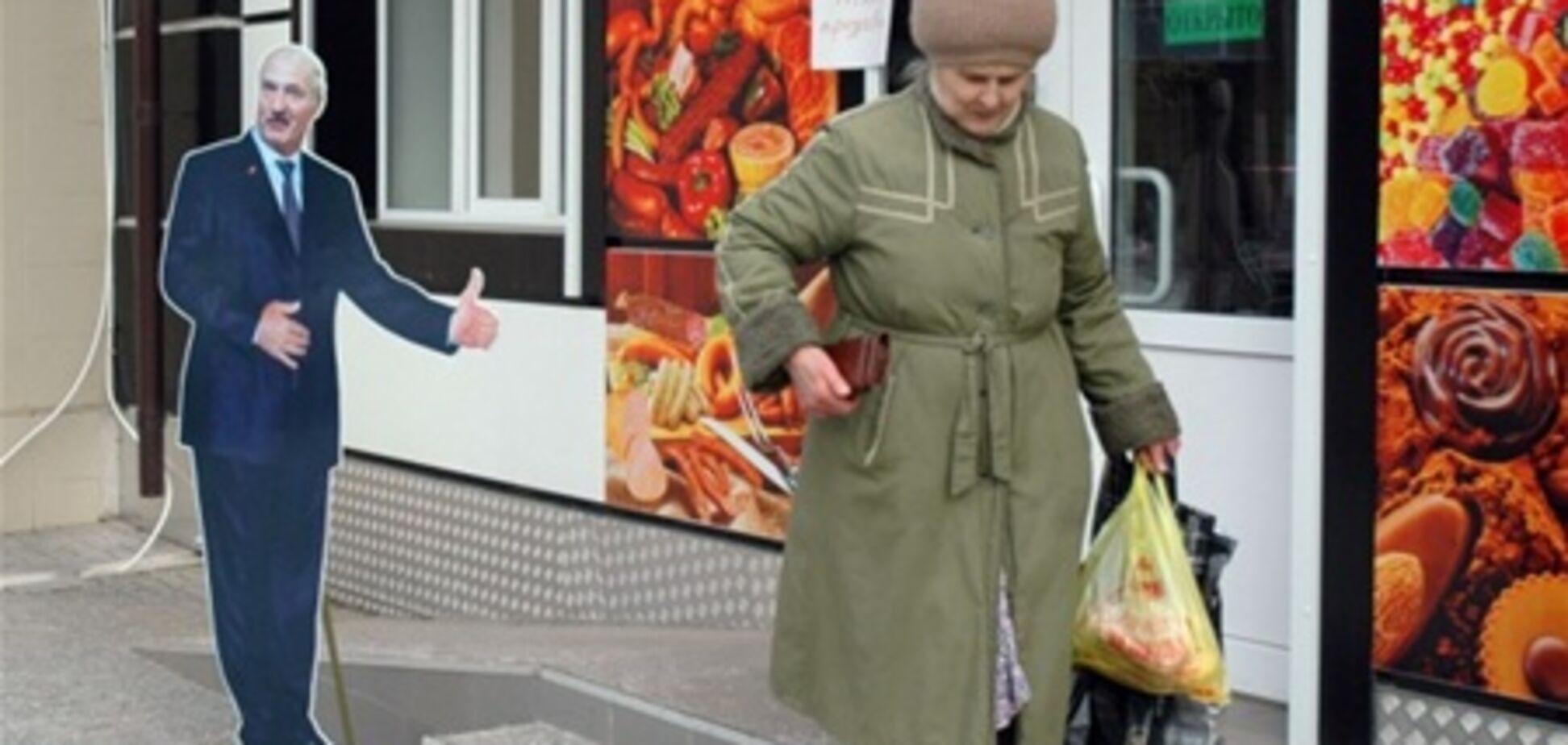 Лукашенко в Росії приторговує сосисками. Фото