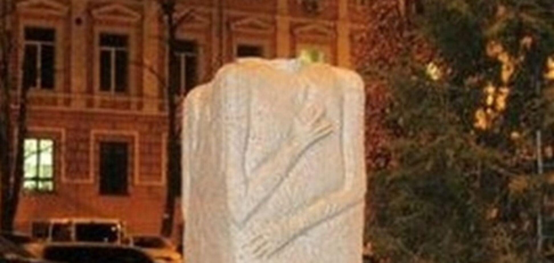 На Софийской площади в Киеве вандалы обезглавили Свитовида