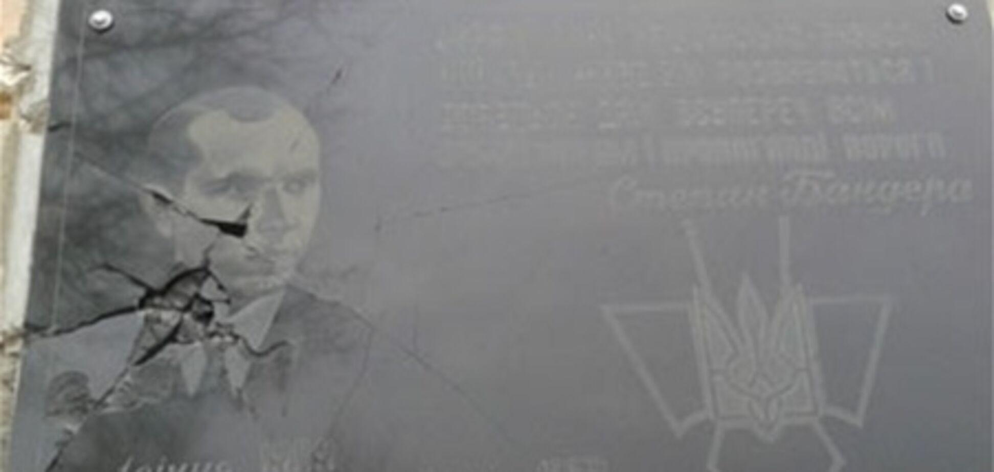 На Ривненщине разбили мемориальную доску Бандере
