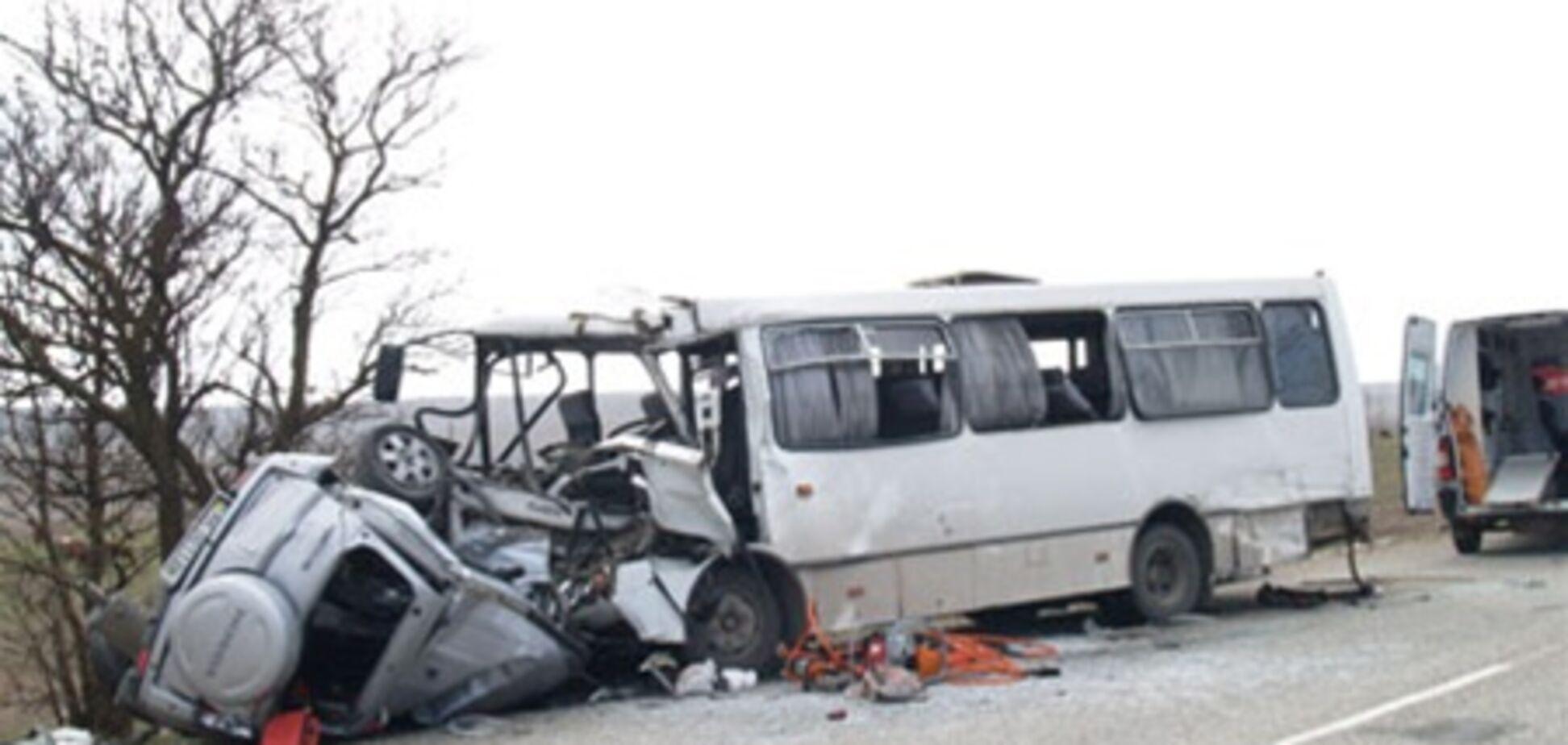 В Крыму легковушка столкнулась с автобусом: 13 травмированных. Видео