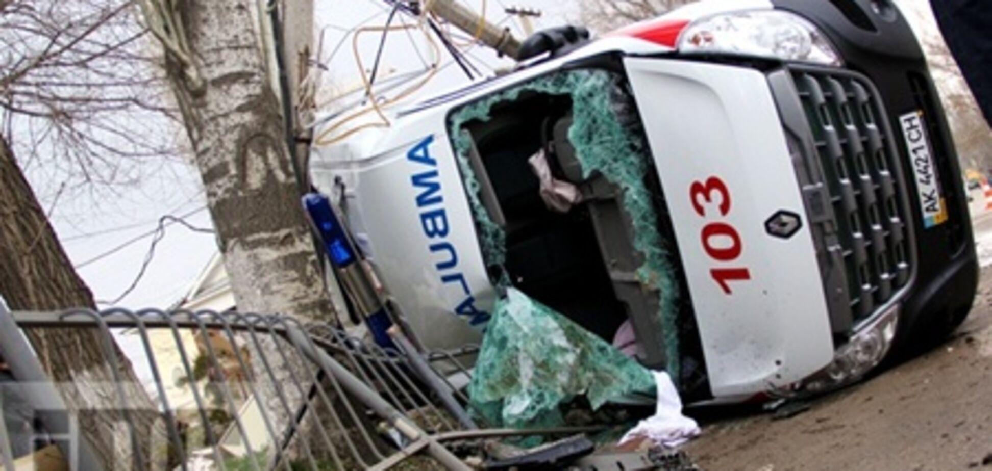 Пятерых пострадавших в ДТП со 'скорой' извлекали с помощью шанцевого инструмента