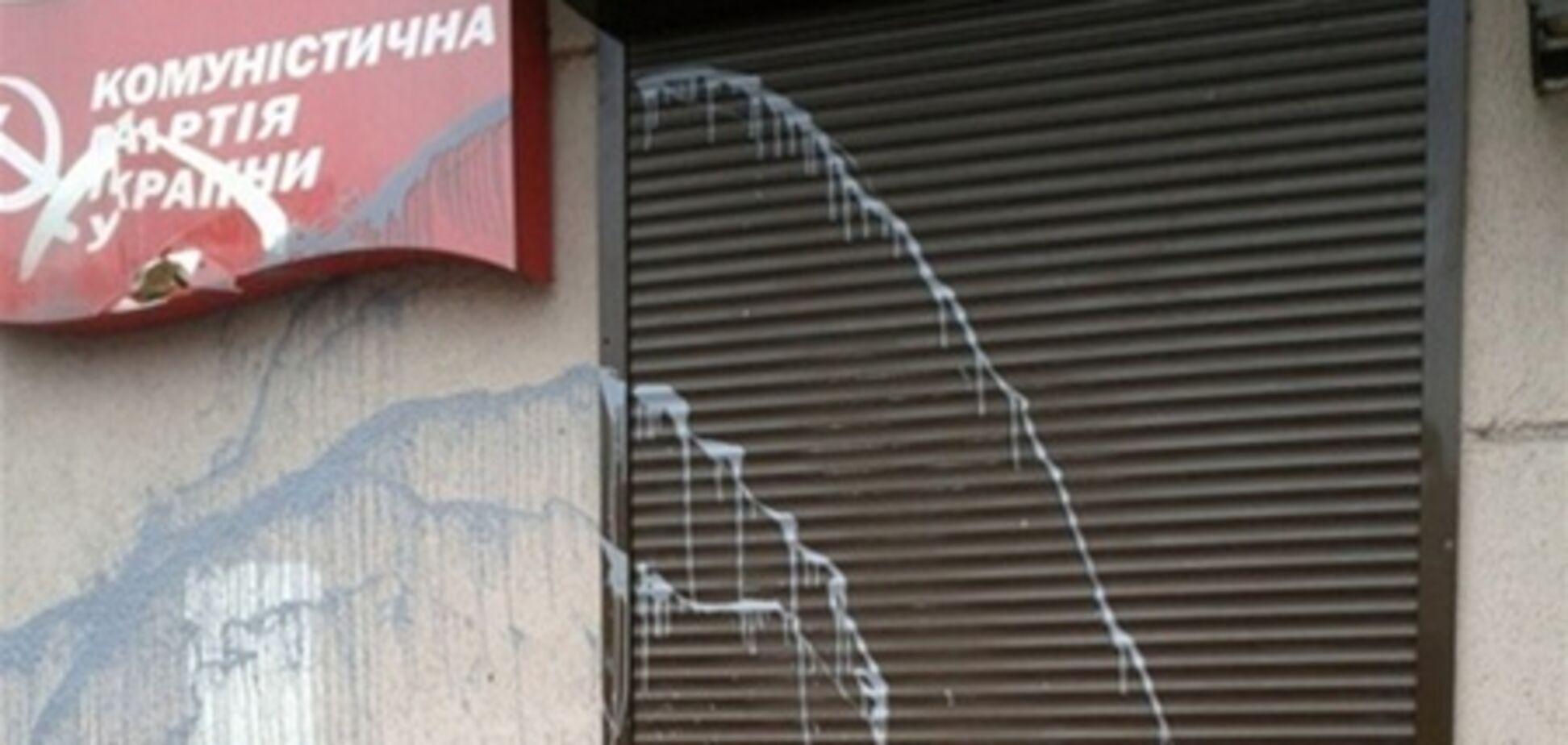 В Одессе приемную Симоненко забрызгали краской. Фото
