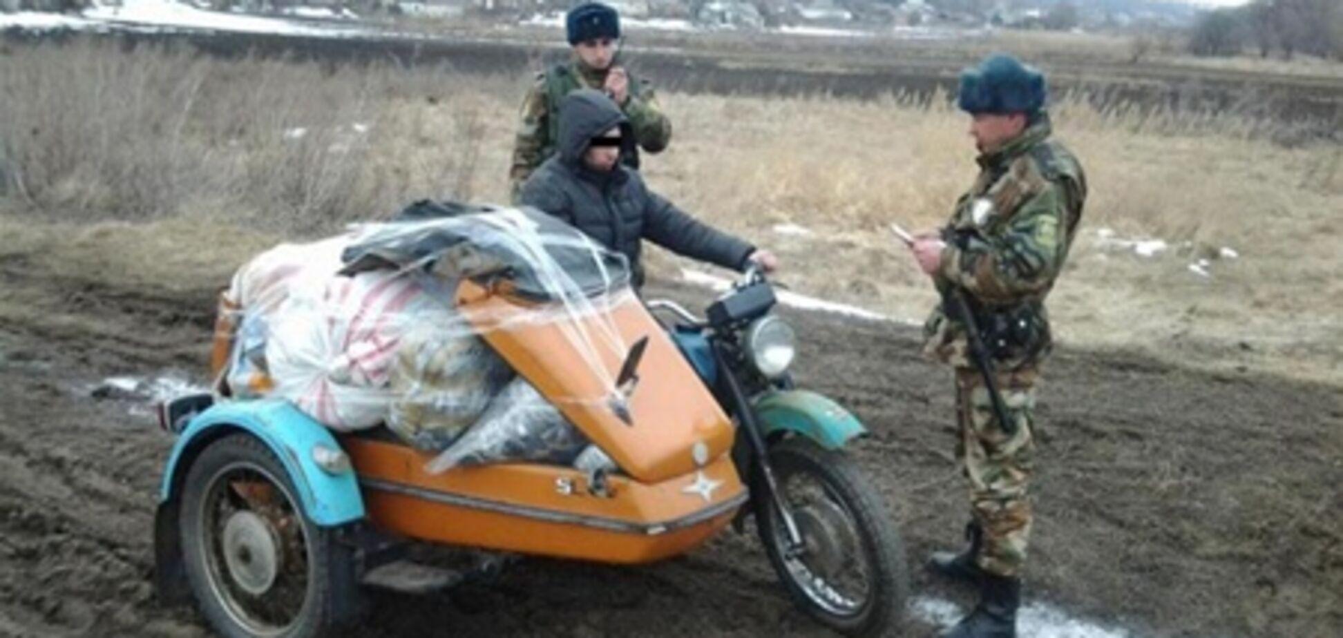 Пограничники задержали россиянина с 1000 женских шапок. Фото