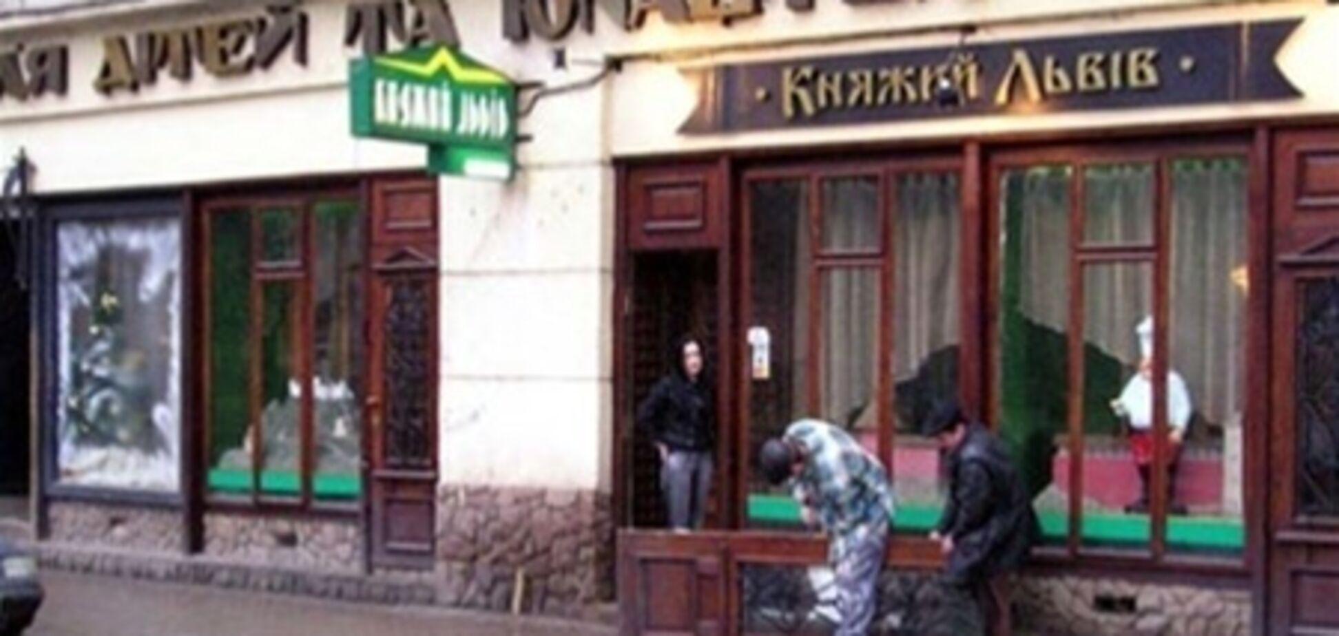 Во львовском ТЮЗе на людей обвалился потолок