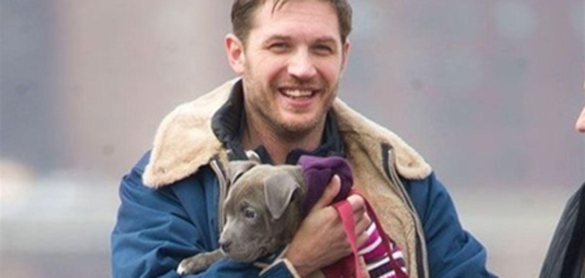 Том Харди трудится в компании щенка. Фото