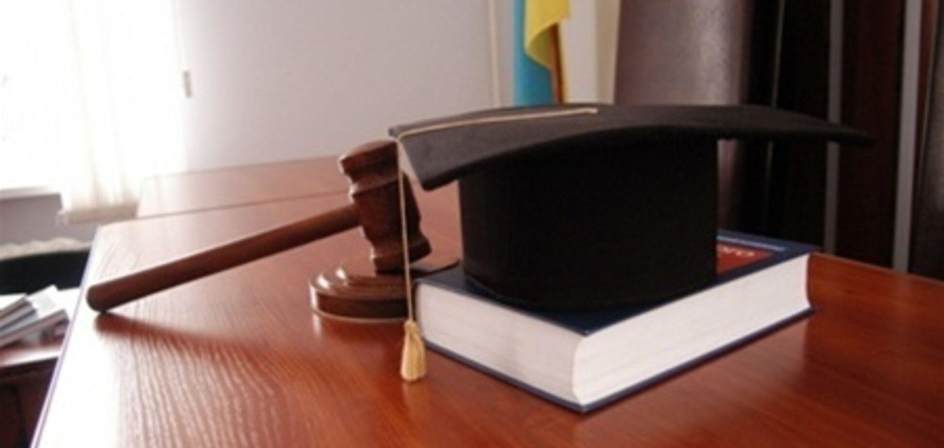 Янукович уволил киевскую судью-взяточницу