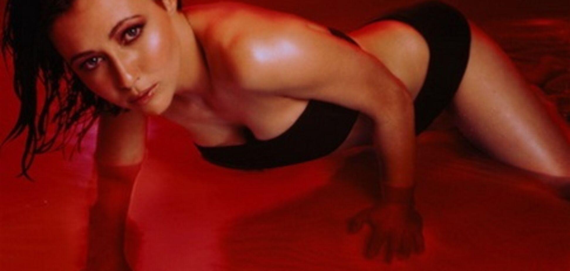 Бренда из 'Беверли-Хиллз': красная подсветка, купальник, вода