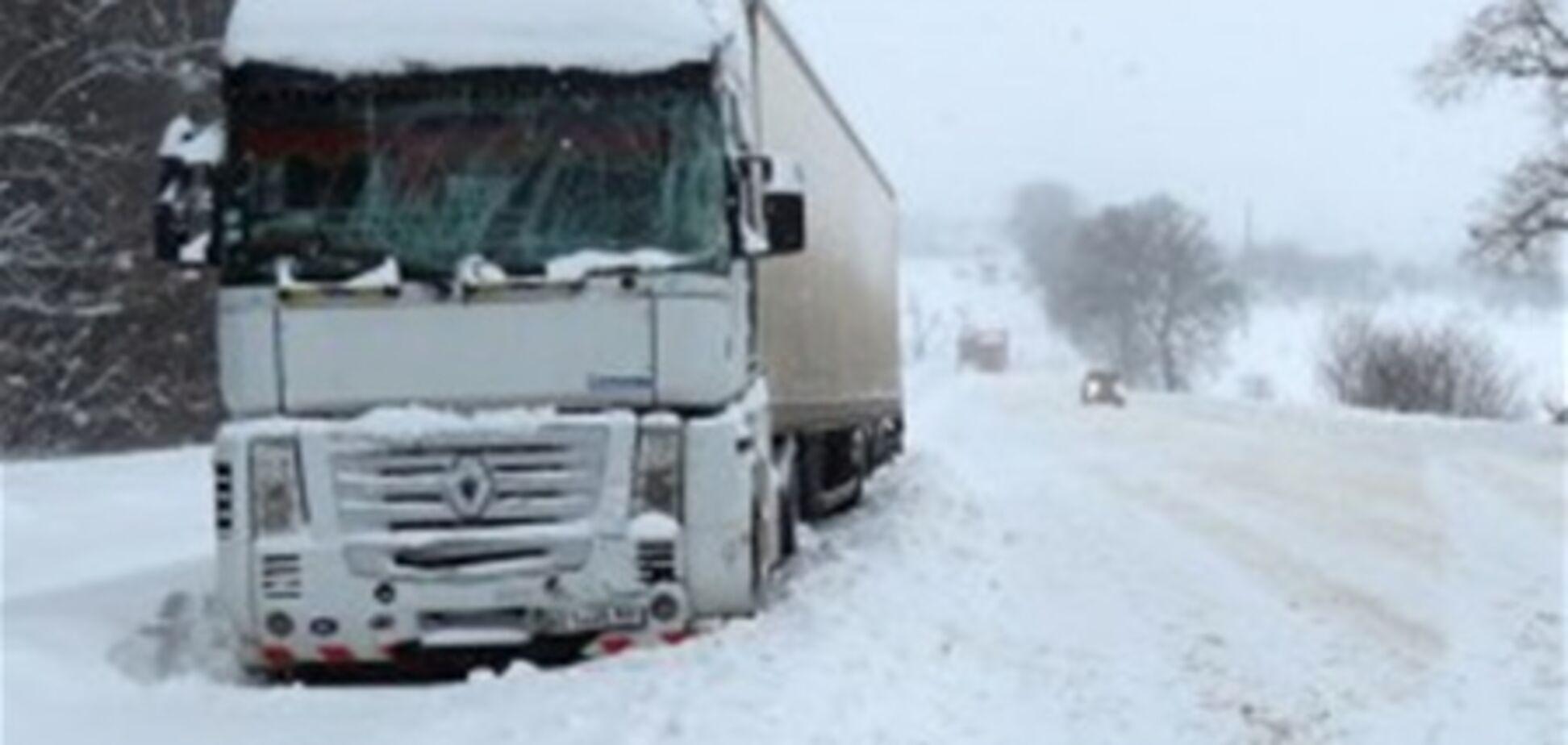 В западных областях спасатели продолжают расчищать дороги от снега