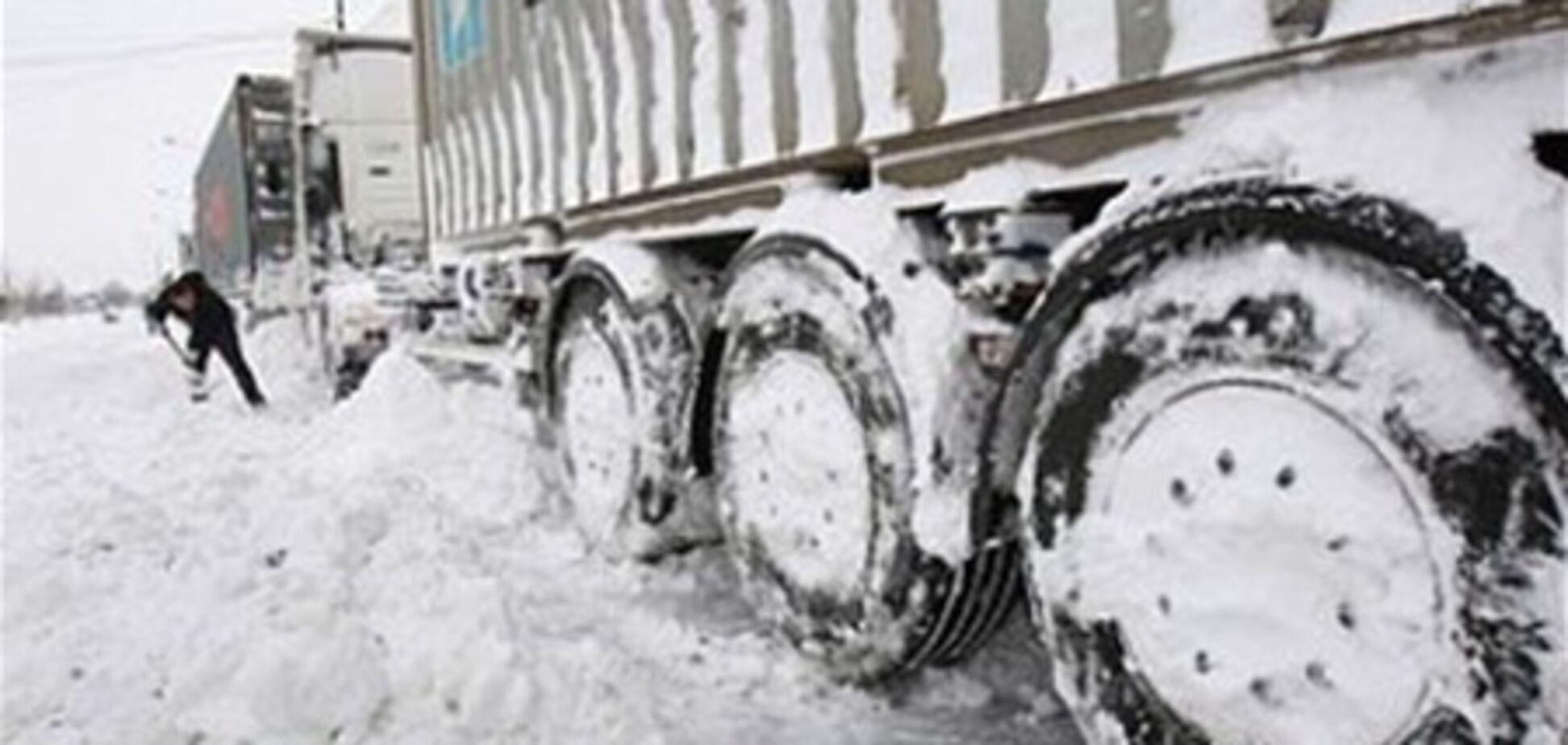Дорожники устроили 'обстрел' машин снегом. Видео