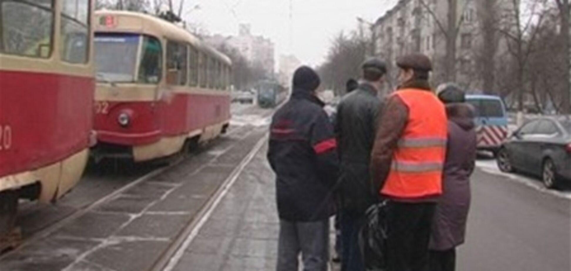 В Киеве сошел с рельсов трамвай, пострадала женщина